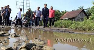 Bupati Simalungun JR Saragih turun langsung meninjau kondisi jalan di Hutabayu Raja, Kabupaten Simalungun, Sumatera Utara, Rabu (22/2). (WOL Photo)