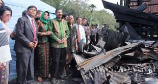 Gubsu Tengku Erry saat meninjau rumah adat batak yang berusia ratusan tahun terbakar di Samosir, Sabtu (11/2). WOL Photo