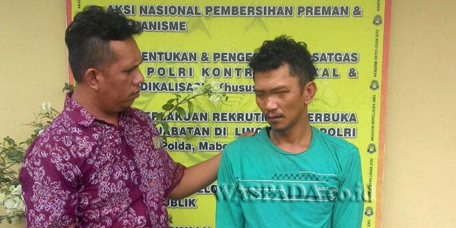 Penyidik Reskrim Polsek Medan Sunggal mengintrogasi tersangka curi handphone di apotik.(WOL. Photo/gacok)