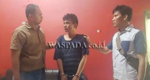Dua personel penyidik Polsek Medan Sunggal sedang mengintrogasi tersangka.(WOL. Photo/gacok)