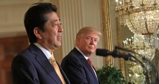 Trump dan Abe gelar konferensi pers di Gedung Putih. (Foto: Jim Lo Scalzo/EPA)