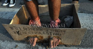 Massa aksi yang tergabung dalam Front Mahasiswa Nasional melakukan aksi cor kaki saat berunjukrasa, di Medan, kamis (23/3). Aksi ini merupakan bentuk solidaritas terhadap perjuangan petani Kendeng yang melakukan aksi serupa dan meminta pemerintah segera menghentikan izin operasi pabrik PT Semen Indonesia di Pegunungan Kendeng. (WOL Photo/Ega Ibra)
