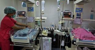 Perawat memeriksa kondisi dua dari empat bayi kembar yang lahir di RSIA Stella Maris, Medan, Sumatera Utara, Selasa (14/3). Bayi kembar empat, dua bayi laki-laki dan dua perempuan anak pasangan Zainedi Saputra dan Silvia Arlin yang mengikuti program kehamilan inseminasi tersebut, lahir dengan berat masing-masing 1,6 kg, 1,5 kg, 1,6 kg dan 1,7 kg melalui operasi caesar. (WOL Photo/Ega Ibra)