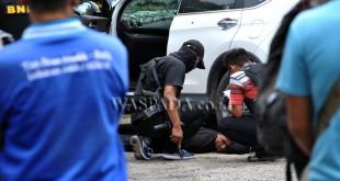 Petugas Badan Narkotika Nasional (BNN), memeriksa seorang tersangka saat penangkapan bandar narkoba jaringan internasional, di Medan, Rabu (1/3). Dari hasil pengembangan BNN menangkap 10 orang tersangka, satu diantaranya tewas ditembak ketika berusaha menyelundupkan narkoba asal Malaysia dengan barang bukti 46,9 kilogram sabu-sabu, 3.620 pil ekstasi, dan 465 butir pil happy five siap edar. (WOL Photo/Ega Ibra)