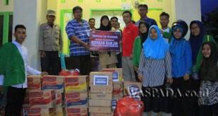 Manajemen Telkomsel menyerahkan bantuan kepada warga korban banjir bandang di Kota Padang Sidempuan, Senin (27/3).