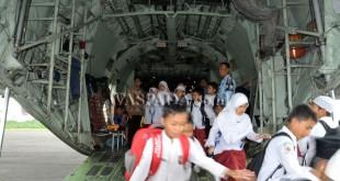 Sejumlah murid sekolah dasar (SD) melihat bagian dalam pesawat Hercules milik TNI AU pada pameran alat utama sistem persenjataan (alutsista) di Lanud Soewondo, Medan, Kamis (16/3). Pameran alutsista tersebut dalam rangka Bulan Dirgantara 2017 sekaligus menyambut HUT ke-71 TNI AU. (WOL Photo/Ega Ibra)