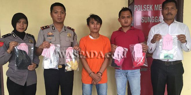 Kapolsek Medan Sunggal Kompol Daniel Marunduri SH SIK MH, bersama personelnya memperlihatkan barang bukti disaksikan tersangka. (WOL. Photo/gacok)