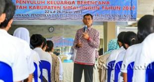 Bupati Simalungun JR Saragih mempersiapkan generasi muda penyuluhan KB untuk masa depan di Auditorium Gajah Mada, Simalungun City Hotel, Kabupaten Simalungun, Sumatera Utara, Kamis (23/3). (WOLPhoto)