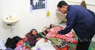 Bupati Simalungun JR Saragih langsung mendatangi Puskesmas Tiga Balata, Kecamatan Jorlang, Kabupaten Simalungun, Sumatera Utara tempat di mana keracunan makanan dirawat, Kamis (23/3)