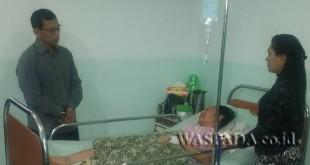 Bupati Simalungun JR Saragih menjenguk korban keracunan makanan di RS. Vitainsani di Kawasan Merdeka, Siantar, Sumatera Utara, Jumat (24/3). (WOL Photo)