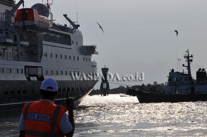 Kapal Pesiar MV. Silver Discoverer berbendera Bahamas saat berangkat dari Pelabuhan Terminal Penumpang Bandar Deli Belawan milik PT. Pelindo I, Medan, Rabu (15/3). Kapal pesiar yang membawa 64 orang wisatawan asing kembali berlayar dengan tujuan Pulau Weh, Aceh. (WOL Photo/Ega Ibra)