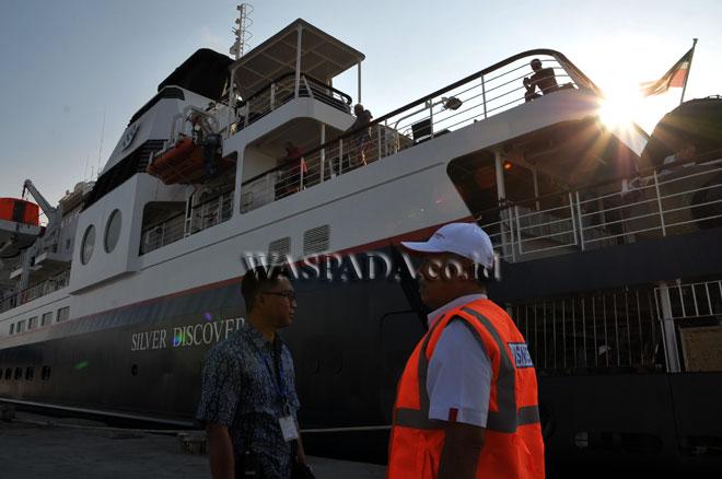 Kapal Pesiar MV. Silver Discoverer berbendera Bahamas berada di Pelabuhan Terminal Penumpang Bandar Deli Belawan milik PT. Pelindo I saat akan berangkat, Medan, Rabu (15/3). Kapal pesiar yang membawa 64 orang wisatawan asing kembali berlayar dengan tujuan Pulau Weh, Aceh. (WOL Photo/Ega Ibra)