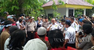 Kepala Dinas Perhubungan Kota Medan, Renward Parapat hadapi ratusan pabetor yang melakukan unjuk rasa. (WOL. Photo/gacok)
