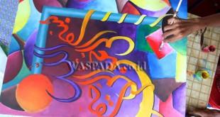 Peserta lomba Khat (kaligrafi) Kontemporer menyelesaikan kaligrafi karyanya, Medan, Rabu (22/3). Perlombaan Kaligrafi Kontemporer merupakan bagian dari acara MTQ ke 50 Medan. (WOL Photo/Ega Ibra)