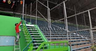 Pekerja mengecat tangga tribun penonton Stadion Teladan, Medan, Jumat (24/3). Pengecatan dilakukan sebagai perawatan terhadap stadion sekaligus persiapan untuk laga persahabatan PSMS Medan melawan Persib Bandung pada hari Minggu (26/3). (WOL Photo/Ega Ibra)