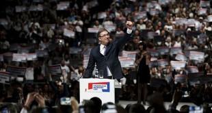 Perdana Menteri Serbia dan pemimpin Partai Progresif Serbia (SNS) Aleksandar Vucic melambai ke pendukungnya dalam sebuah reli menjelang pemilihan pada hari Minggu, di Belgrade, Kamis (21/4/2016). (REUTERS/Marko Djurica )