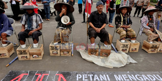 Petani Demo dengan Melakukan Akasi Mengecor Kakinya dengan Semen (dok. Okezone)