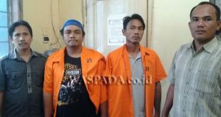 Polisi sedang mengapit tersangka setelah usai menjalani pemeriksaan dalam kasus narkoba.(WOL. Photo/gacok)
