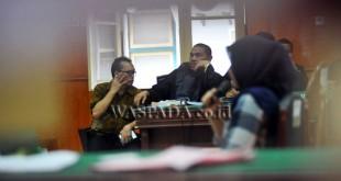Terdakwa kasus dugaan penggelapan uang, Ramadhan Pohan (kiri) mengikuti sidang dengan agenda mendengarkan keterangan saksi di Pengadilan Negeri Medan, Jumat (3/3). Ramadhan Pohan disidang terkait kasus dugaan penggelapan uang Rp15,3 miliar. (WOL Photo/Ega Ibra)