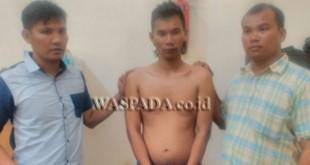 Petugas Penyidik Pembantu Reskrim Polsek Medan Sunggal mengapit tersangka penganiaya dan perampokan warga Labuhanbatu.(WOL. Photo/gacok)