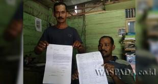Kadus Alue Buloh Desa Cot Girek, Abdurrahman didampingi warga, Mustafa HS menunjukkan permohonan penempatan CRU. (WOL Photo/Chairul Sya'ban)