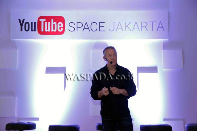 Tony Keusgen, Country Director, Google Indonesia saat menjelaskan kisah YouTube di Indonesia di acara YouTube Pop-up Space, Jakarta, Senin (13/3). YouTube meluncurkan dua program global bernama YouTube Pop-up Space dan Creators for Change yang merupakan upaya untuk memberdayakan talenta lokal dan mendukung perkembangan ekosistem digital di Indonesia. (WOL Photo)