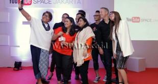 Para pembicara di acara YouTube Pop-up Space berswafoto usai sesi Creators for Change, Jakarta, Senin (13/3). Program YouTube  Creators for Change adalah program global yang bertujuan untuk memperkuat suara-suara kreator di YouTube yang memanfaatkan video untuk mendatangkan perubahan sosial di negara mereka. (WOL Photo)