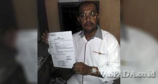 Amru Hasibuan, memperlihatkan bukti laporan pengaduannya di Polda Sumut. (WOL Photo/Gacok)