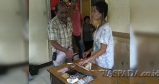 Kanit Reskrim Iptu Sehat Tarigan SH disaksikan tersangka sedang memeriksa barang bukti narkoba.(WOL. Photo/gacok).