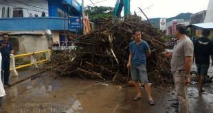Tumpukan kayu yang tersangkut di jembatan Padolo.