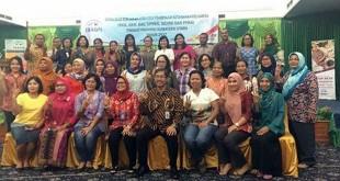 Kepala Perwakilan BKKBN Provinsi Sumatera Utara, Drs Temazaro Zega MKes foto bersama dengan peserta kegiatan Sosialisasi Kebijakan Strategi Pembinaan Ketahanan Keluarga (BKB, BKR, BKL, UPKKS, GENRE, dan PPKS) serta Kegiatan Workshop bagi Kader BKL di tahun 2017 di Hotel Madani Medan, Kamis (9/3) lalu. (foto: Istimewa)