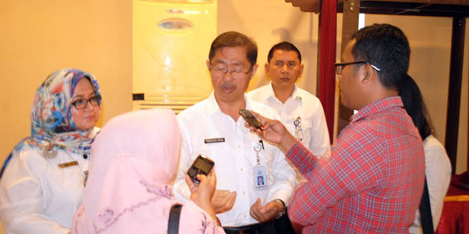 Kepala BKKBN Provinsi Sumut, Temazaro Zega saat memberikan keterangan kepada awak media, Senin (13/3) kemarin. (foto: Istimewa)