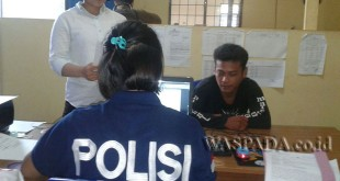 Petugas polwan sedang melakukan pemeriksaan terhadap tersangka cabul pelajar SMP.(WOL. Photo/gacok).