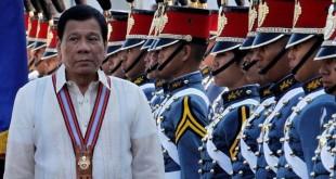 Presiden Duterte berjalan melintasi tentara Filipina di wisuda akademi militer. (Foto: Harley Palangchao/Reuters)