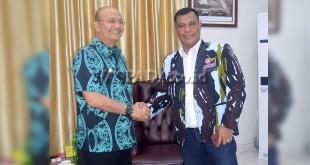Wali Kota Medan, Dzulmi Eldin dan Ketua DPD Satgas Inti Maha Sakti Karya IPK Sumut, Ir Aidil Azmi Nasution bersalaman.(WOL Photo)