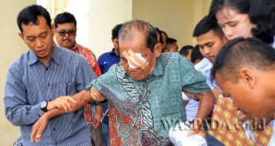 Bupati Simalungun JR Saragih melakukan pelayanan kesehatan berupa operasi katarak gratis di RSUD Perdagangan, Kecamatan Bandar Perdagangan, Kabupaten Simalungun, Sumatera Utara, Jumat (24/3). (WOL Photo)