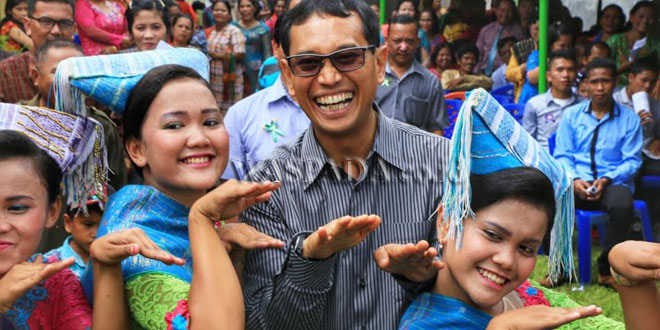 Bupati Simalungun JR Saragih saat bersama para penari adat di Kecamatan Dolok Panribuan, Kabupaten Simalungun, Sumatera Utara, baru-baru ini. (WOL Photo)
