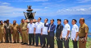 Bupati Simalungun JR Saragih bersama Bupati Karo Terkelin Brahmana SH sepakat membenahi Danau Toba di Sipiso-Piso, Kabupaten Karo, Sumatera Utara, Selasa (21/3). (WOL Photo)