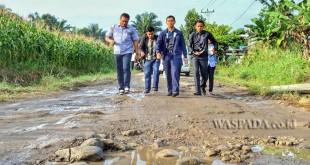 Bupati Simalungun JR Saragih meninjau kondisi jalan di Hutabayu Raja, Kabupaten Simalungun, Sumatera Utara belum lama ini. (WOL Photo)