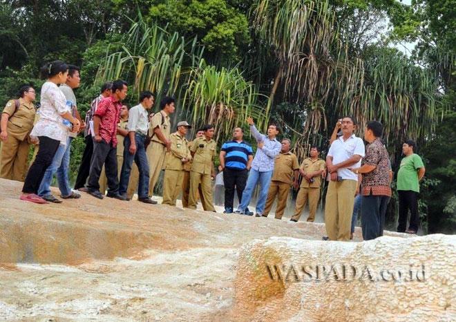 Bupati Simalungun, JR Saragih saat menyambangi destinasi wisata di Tinggi Raja dan Purba yang masih membutuhkan investor, belum lama ini. (WOL Photo)