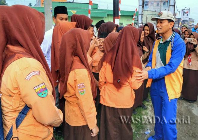 Bupati Simalungun, JR Saragih saat bertemu para pelajar di Kecamatan Bandar - Perdagangan, Simalungun baru-baru ini. (WOL Photo)