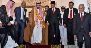 Raja Salman digandeng Presiden Jokowi. (Foto: dok. Setkab RI)