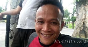 Korban Dedi penduduk Jalan Bunga Teratai, Pasar II, Medan Selayang didampingi istrinya Nur Handayani. (WOL Photo/Gacok)