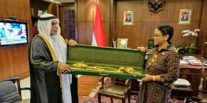 Delegasi Arab Saudi memberikan pedang emas kepada Kemlu RI, dan diterima Menlu Retno LP Marsudi. (Foto: Kedubes Arab Saudi)