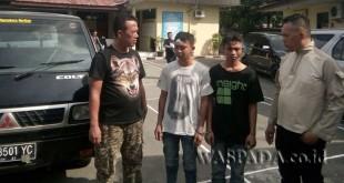 Penyidik Pembantu Reskrim Polsek Medan Sunggal mengapit dua tersangka kasus pencurian mobil.(WOL. Photo/gacok)