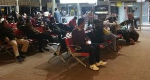 Penumpang Batik Air menunggu di ruangan usai pesawatnya mendarat darurat di Bandara Soetta (Istimewa/Okezone)