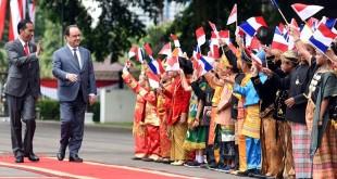 Presiden Jokowi berjalan bersama Presiden Hollande (Foto: Sekretariat Kabinet/Twitter)