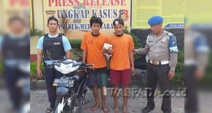 Petugas Reskrim didampingi Provost Polsek Medan Barat sedang mengapit dua tersangka perampok. (WOL. Photo/gacok)