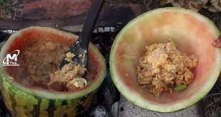 Masak kari telur dengan batok semangka (Foto:Youtube)
