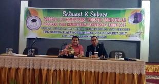 Penasihat PHRI Sumut Parlindungan Purba (kiri) dan Ketua PHRI Sumut Denny S Wardhana saat membuka uji kompetensi/sertifikasi terhadap pekerja hotel dan restoran yang tahun ini direncanakan mencapai 2.500 orang. (Istimewa)